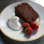 Dubbele chocoladetaart met slagroom en aardbeien