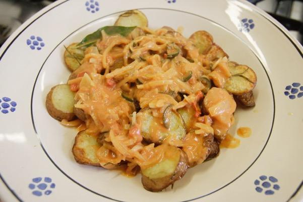 Recept: aardappelen uit de oven met knoflooksaus met tomaat